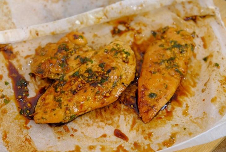 Куриное филе в пергаменте на сковороде