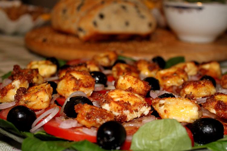 Салат с обжаренной фетой (domatosalata me feta)