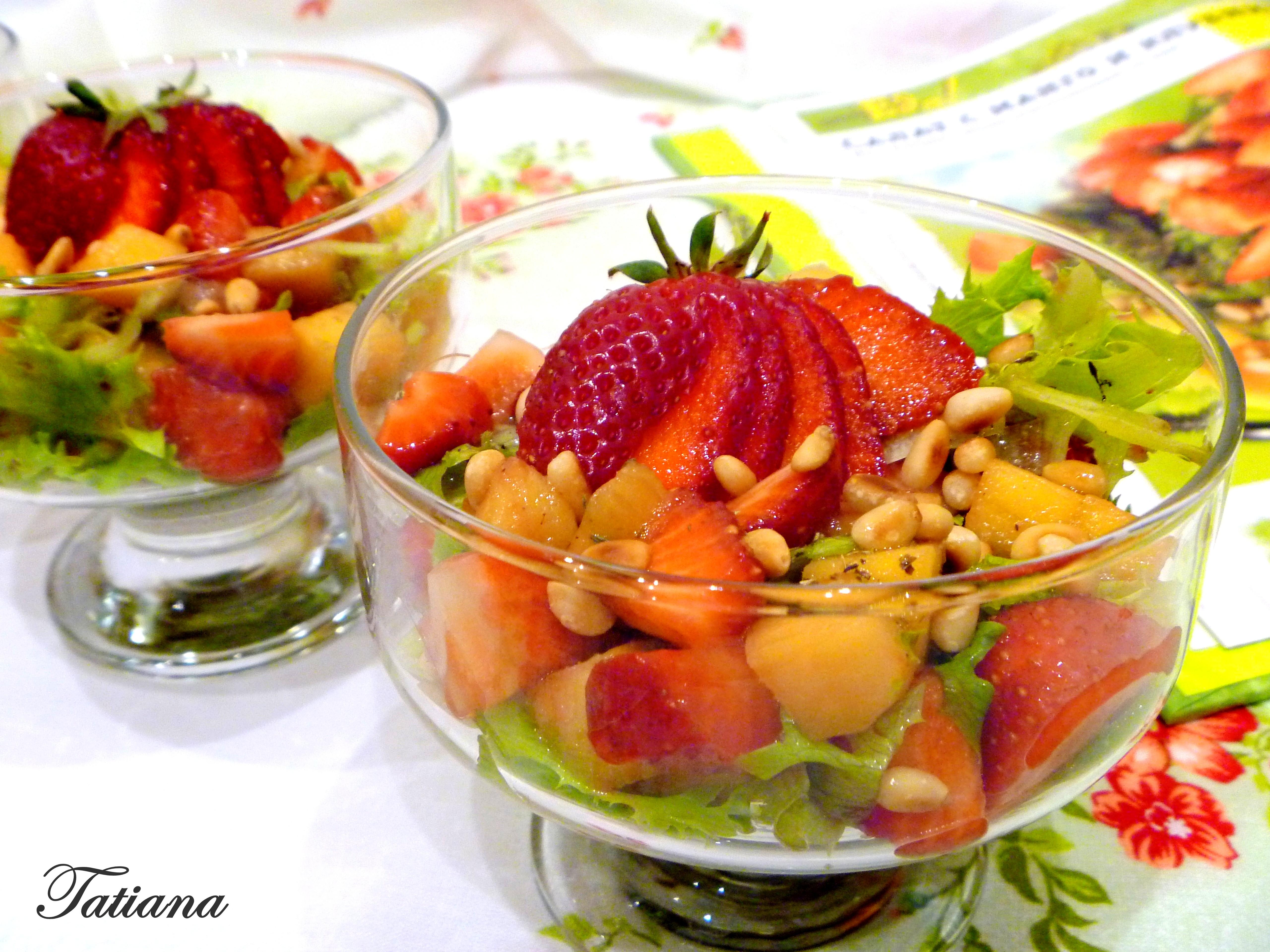Салат с манго и клубникой