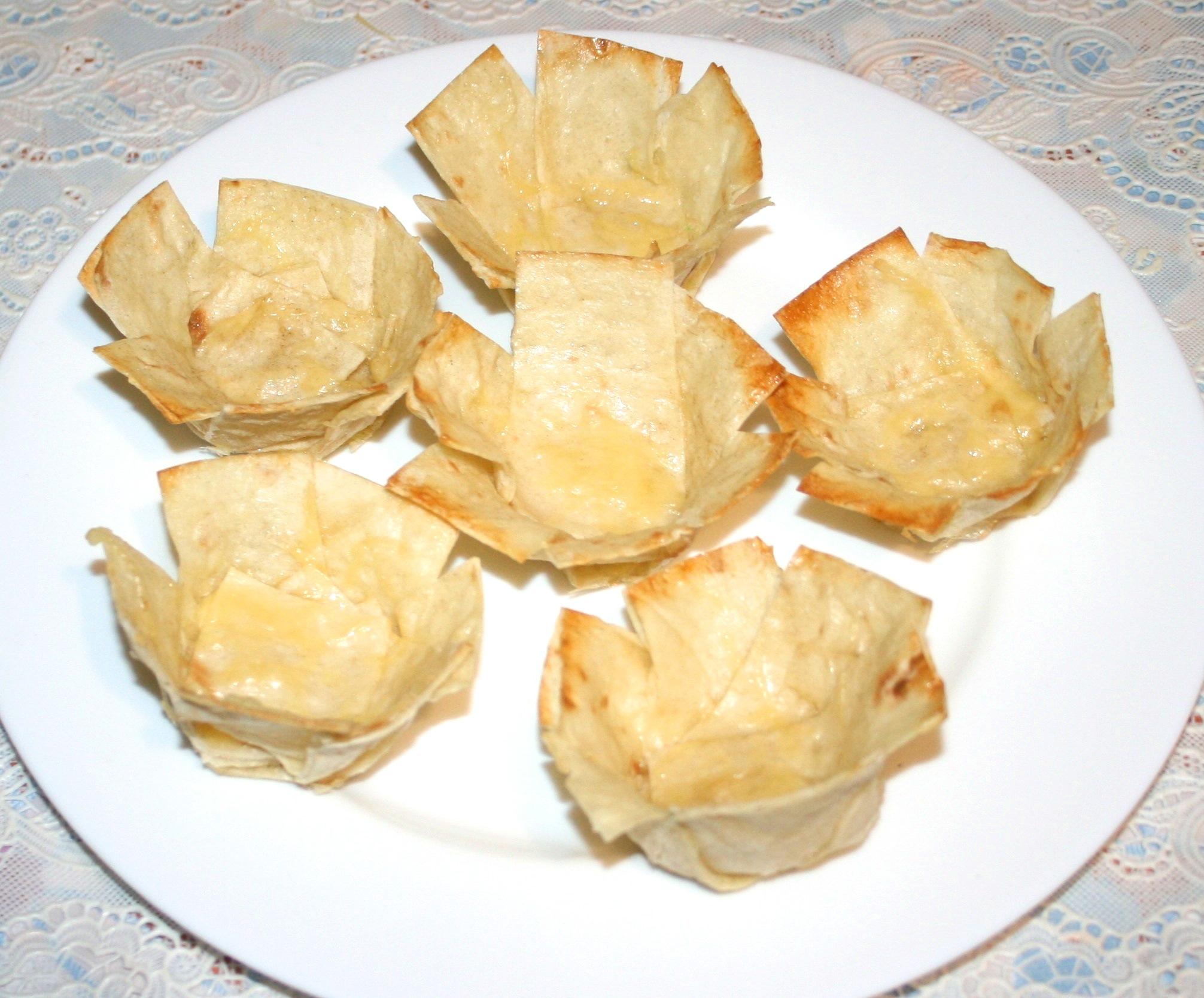 Овощной салат с креветками в тарталетках из лаваша