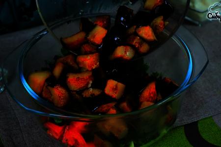 Закусочный овощной салат с баклажанами и зеленью: фото шаг 5