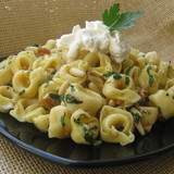 Тортеллини с соусом из орехов и зелени под сырным кремом (tortellini with nutty herb sauce)