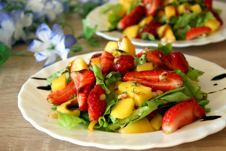Салат с манго и клубникой от оскара кучеры