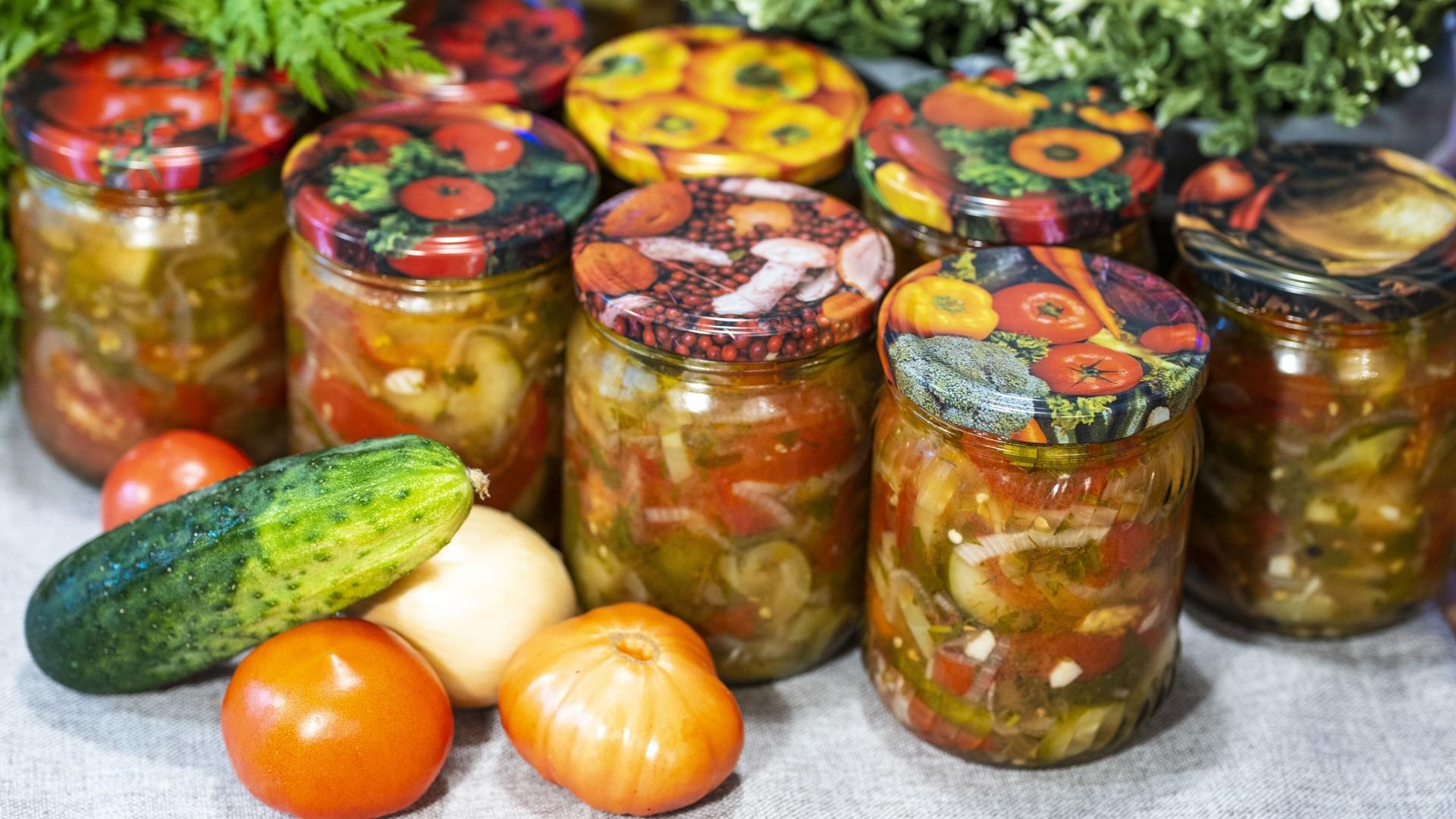 Салат из помидоров с огурцами в собственном соку на зиму